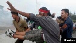 Мұхаммед Мурсиді жақтайтындар наразылық акциясы кезінде жараланған адамды көтеріп бара жатыр. Наср, 27 шілде 2013 жыл.