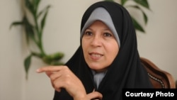 فائزه هاشمی پیشتر به اتهام فعالیت تبلیغی علیه نظام٬ به ۶ ماه حبس و ۵ سال محرومیت از فعالیتهای سیاسی٬ فرهنگی و مطبوعاتی محکوم شده بود.