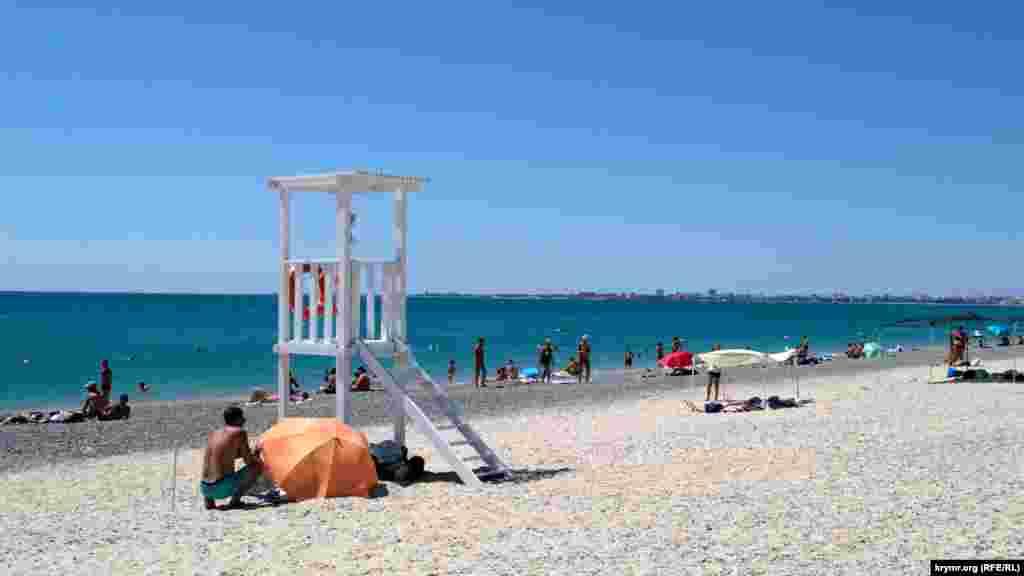 Пустующий пляж в Евпатории. В разгар курортного сезона российские власти города затеяли реконструкцию набережной имени Валентины Терешковой