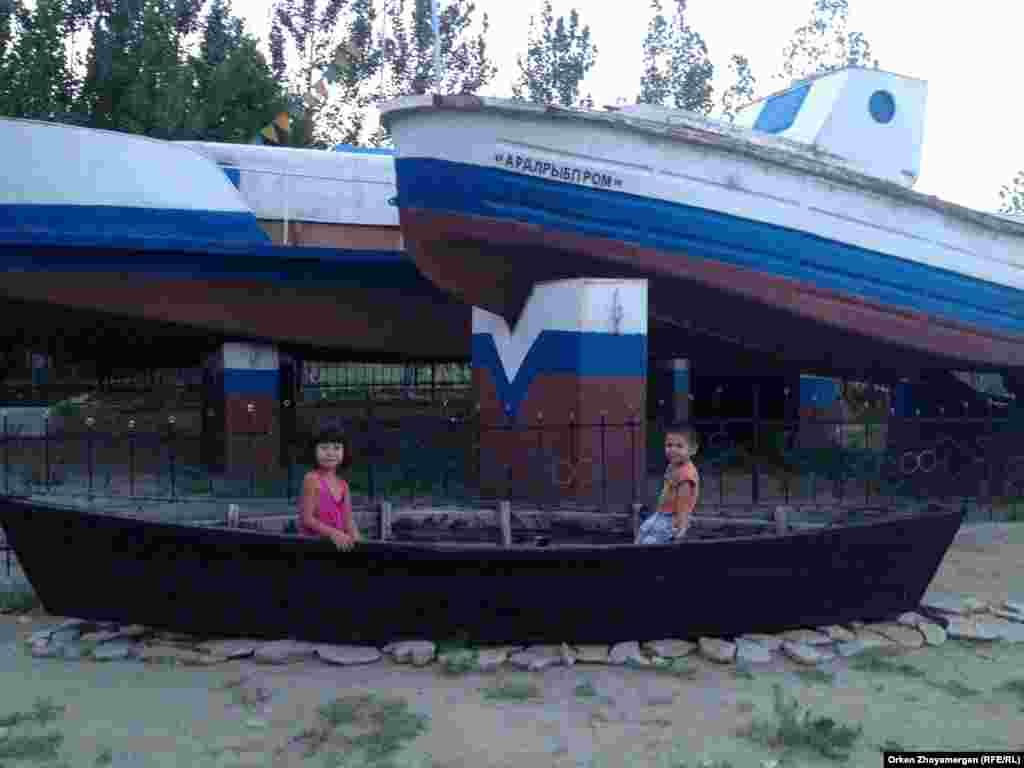 Эти бывшие рыбацкие лодки стали памятником, установленным у рыбацкого музея в Аральске.