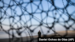 Офіцер-прикордонник на березі з американського боку між Сан-Дієго (США) та Тіхуаною (Мексика)