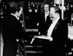 جان باردین به هنگام دریافت دومین جایزه نوبلش در ۱۹۷۲