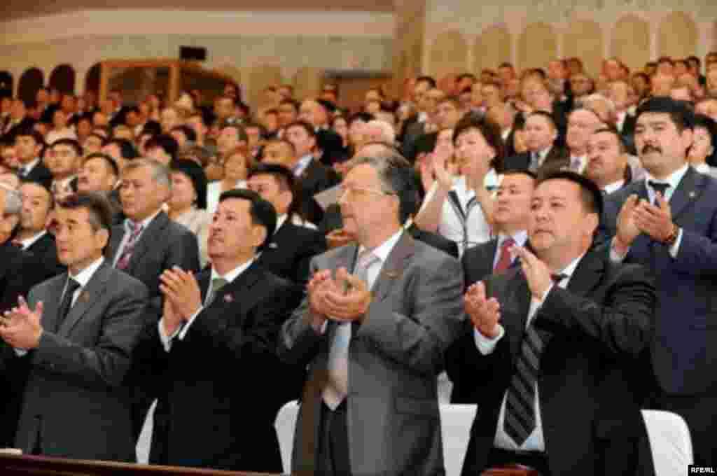 """Салтанаттуу жыйындын алдыңкы катарында """"акжолчу"""" депутаттар. - Kyrgyzstan - Presidential Inauguration ceremony in Bishkek. 02Aug2009"""