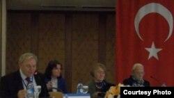 Конференциянең беренче көне. Сулдан беренче профессор Надир Дәүләт һәм сулдан өченче профессор Исәнбикә Туган.
