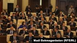 Депутаты казахстанского парламента на пленарном заседании.