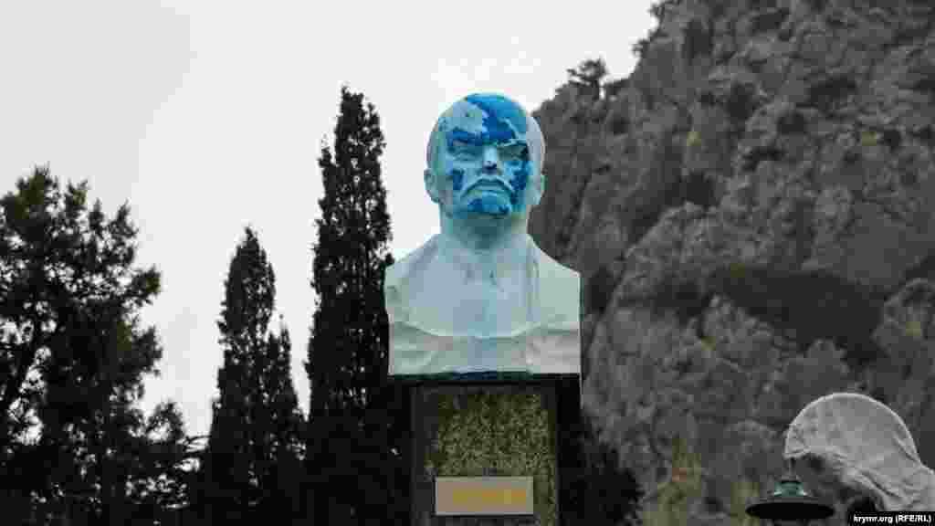 Бюст Ленина «изменился в лице»