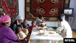 Семья Дуйсебековых смотрит телевизор. Село Жинишке Южно-Казахстанской области, 2 октября 2009 года.
