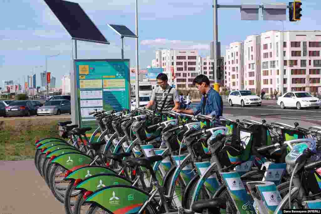 Система автоматизированного велопроката напротив торгового центра Mega SilkWay в Астане.