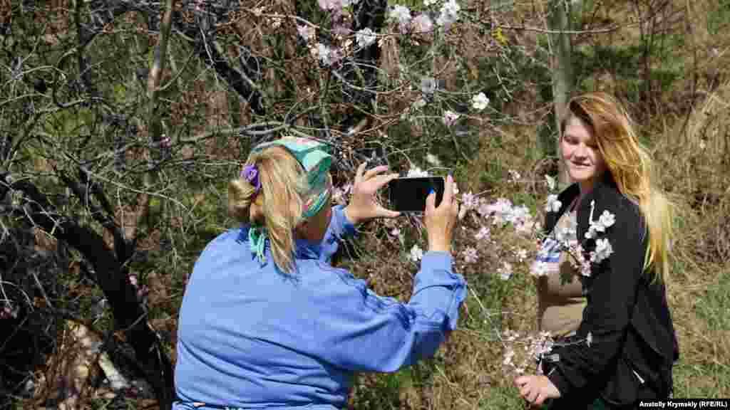 А потім сім'я виноградарів влаштувала імпровізовану фотосесію на тлі квітучого мигдалю