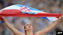 Sandra Perković slavi zlatnu medalju na OI u Londonu, kolovoz 2012.