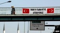 در ماه های اخير، مسلمانان ترکيه بارها به سفر پاپ به اين کشور اعتراض کرده اند