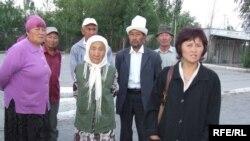 Президенттик шайлоо күнү Балыкчыда камалган 14 адамдын туугандары президент К. Бакиевден акыйкат чечим күтүп жатышат.