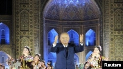На прежних празднествах Ислам Каримов имел привычку исполнять свой особый танец лезгинку