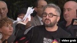 Ника Гварамия, после того как покинул здание прокуратуры, в прямом эфире порвал обвинительное постановление