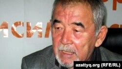 Ведущий айтыса Журсин Ерман во время онлайн-конференции на сайте радио Азаттык. Алматы, ноябрь 2011 года.