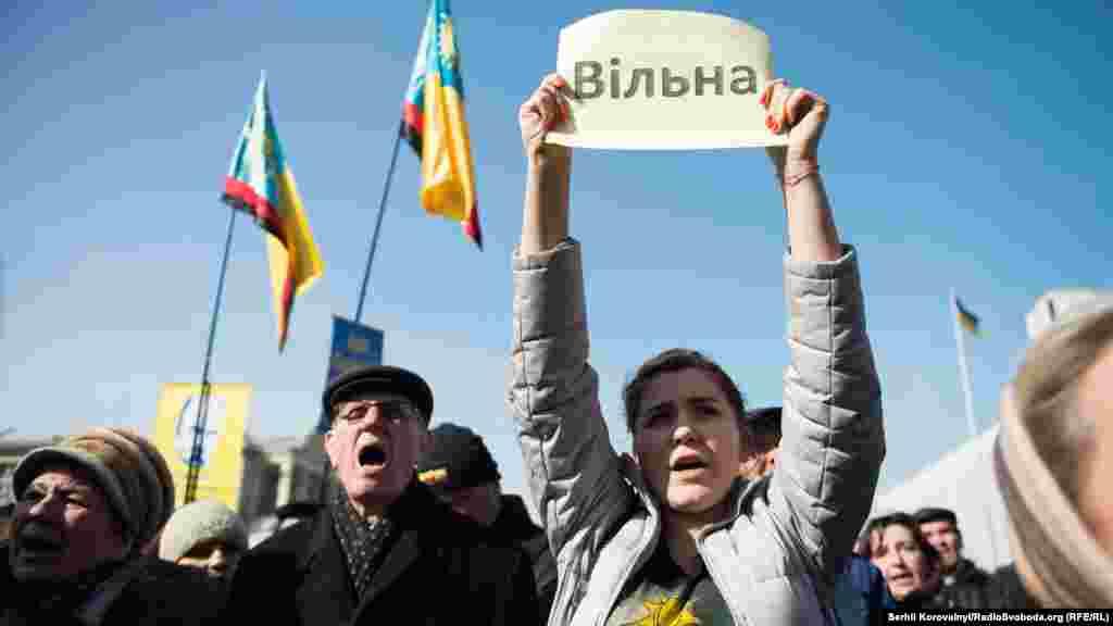 На підтримку Надії Савченко в Києві вийшли українці різного віку.