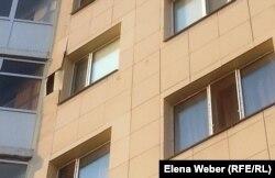 """Потрескавшаяся облицовочная плитка на одном из домов в новом жилом комплексе """"Шапагат"""". Караганда, 22 августа 2014 года"""