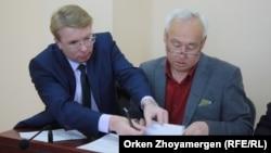 Сейітқазы Матаев (оң жақта) пен адвокаты Андрей Петров. Астана, 27 қыркүйек 2016 жыл.