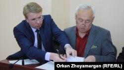 Сейтказы Матаев и его адвокат Андрей Петров (слева) в суде в Астане. 27 сентября 2016 года.