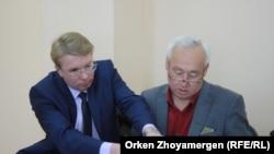 Председатель Союза журналистов Казахстана Сейтказы Матаев (справа) и его адвокат Андрей Петров. Астана, 27 сентября 2016 года.