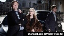 """Activistul anticorupție Roman Borisovici (stînga) și jurnalista Natalie Sedledska (centru) au adus la lumină cîteva din dedesubturile dubioase ale unor tranzacții imobiliare de la Londra în filmul documentar """"Din Rusia cu cash""""."""