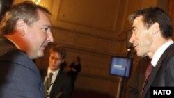 რუსეთის ელჩი ნატოში დმიტრი როგოზინი (მარცხნივ) და ალიანსის გენერალური მდივანი ანდერს ფოგ რასმუსენი