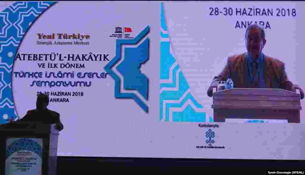 """Профессор Осман Фикри Серткайа сүйлөөдө. 29.6.2018. А.Жүгнекинин """"Атабат ул-хакайык"""" эмгегине ж.б. түркчө эрте мусулман жазмаларына арналган илимий жыйын кулжанын 28-30дарында өттү. Анкара ш., Түркия."""