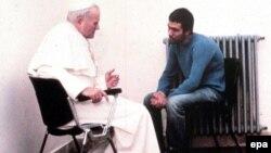 Papa Ivan Pavao II u razgovoru sa Mehmet Ali Ağca koji je pucao na njega 1981.