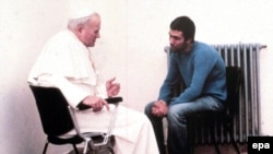 Իտալիա -- Հովհաննես-Պողոս Երկրորդը բանտում տեսակցում է Մեհմետ Աքջայի հետ, 27-ը դեկտեմբերի, 1983թ.