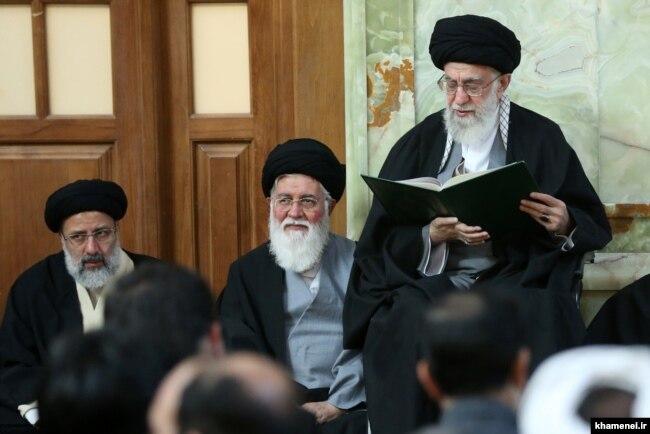 خامنهای، علمالهدی و رئیسی در مراسم خاکسپاری عباس واعظ طبسی در مشهد در اسفند ۹۴