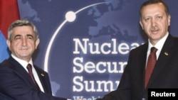 ԱՄՆ - Հայաստանի նախագահ Սերժ Սարգսյանի և Թուրքիայի վարչապետ Ռեջեփ Էրդողանի հանդիպումը միջուկային անվտանգության գագաթնաժողովի շրջանակներում, Վաշինգտոն, 12-ը ապրիլի, 2010թ․