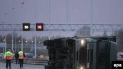 کامیون بر اثر وزش شدید باد در روتردام، واژگون شد.