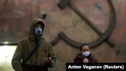 Ռուսաստան-Լուսանկարում պատկերված Սանկտ Պետերբուրգի մետրոյի մուտքի մոտ քաղաքացիները` պաշտպանիչ դիմակներով