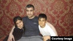 Аброр Хидиров вместо с детьми, 9 апреля 2019 года.