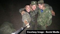 Групповое селфи российских военных (фото сделано, по версии волонтеров, в полигоне в Ростовской области. Позже эти солдаты были замечены в Краснодоне (Луганская область Украины)