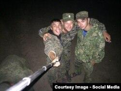 Групове селфі російських військових (фото зроблено, за версією волонтерів, в полігоні в Ростовській області. Пізніше ці солдати були помічені в Краснодоні (Луганська область України)