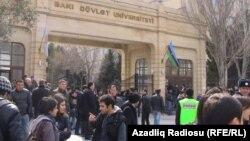 Перед зданием Бакинского государственного университета