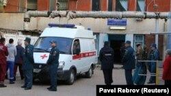 Полицейские возле машины скорой помощи в Керчи, 18 октября 2018 года.