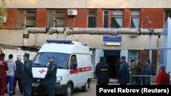 Російські поліцейські біля автомобіля «швидкої допомоги» в Керчі