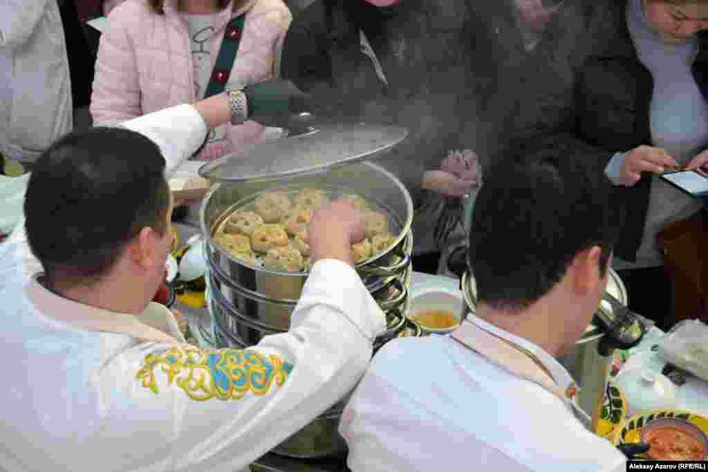 Повар открыл на несколько секунд мантоварку, и посетители почувствовали аромат готовящегося блюда.
