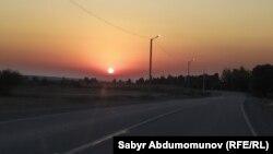 Дорога вблизи кыргызско-узбекской границы. Иллюстративное фото.