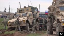 Российские и американские военные в Сирии.