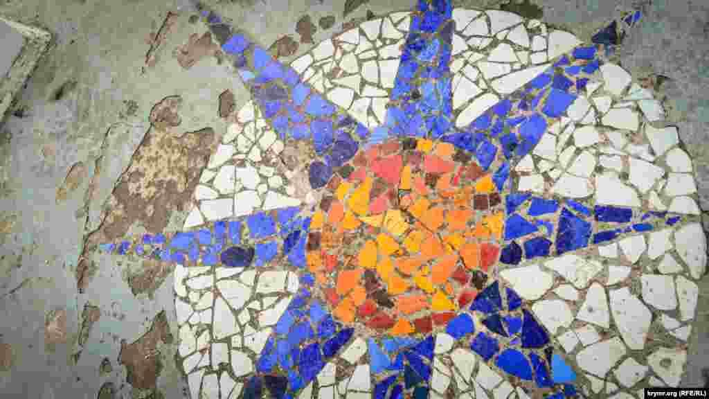 На полу «Беседки Ветров» выложена мозаика, которая изображает розу ветров. Здесь часто дуют сильные ветра (до 40 м/с)