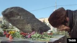 У Соловецкого камня. Москва, Лубянская площадь
