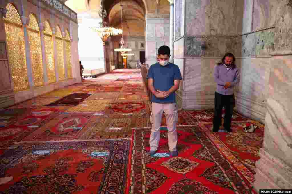Мужчины молятся в соборе Айя-София 24 июля. Министр культуры Греции назвал реконверсию культового здания «открытой провокацией для всего цивилизованного мира».