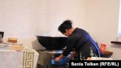 Нургуль Кыдырбек готовит еду рабочим предприятия, на котором она работает. Атырау, 27 марта 2018 года.