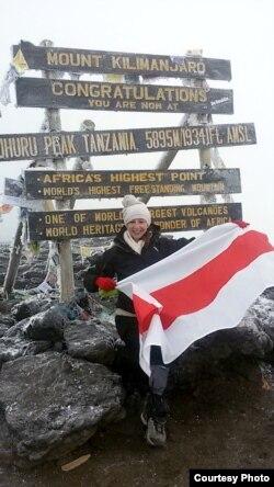 Ня толькі Анастасія Лапко падымаліся на Кіліманджара са сьцягам — да яе туды забіраліся і зь бел-чырвона-белым. На фота: Вольга Альфер дэ Фэрнандэс, 2016 год