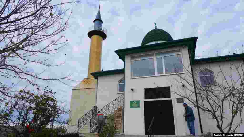На даху під мінаретом міської мечеті Ор-Джамі –сліди іржавих маслянистих патьоків