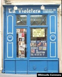 Один из музыкальных магазинчиков Парижа