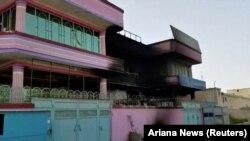 O clădire incendiată după atacul milițiilor talibane, 13 august 2018